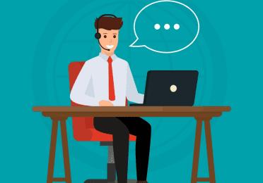 Afbeelding van iemand met een koptelefoon op achter een bureau om mensen te woord te staan.