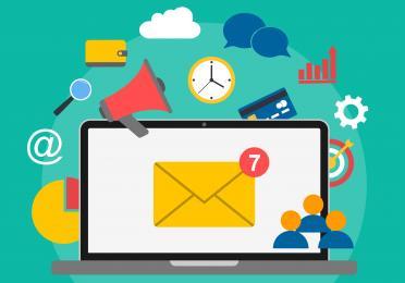 afbeelding met computer en mailenvelop.