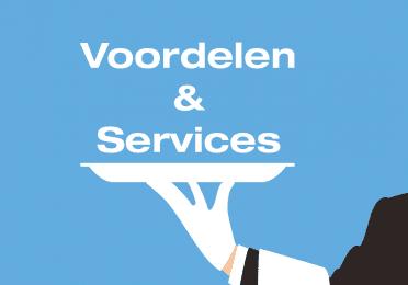 afbeelding met de tekst: De voordelen en services en hieronder een blad en een deel van een arm van een ober.