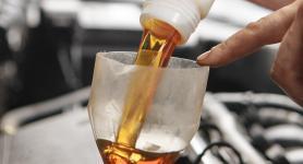 Olie bijvullen in de auto