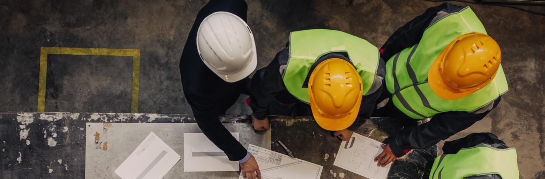 Mannen aan het werk in fabriek