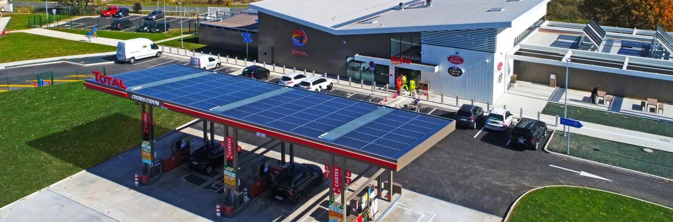 Tankstation met zonnepanelen