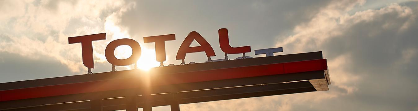 logo - beeldmerk op luifel tankstation