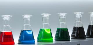 Gekleurde flesjes met additieven
