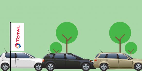 Afbeelding met groene achtergrond en total vlag en meerdere auto's.